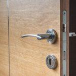 Comment démonter une poignée de porte ?