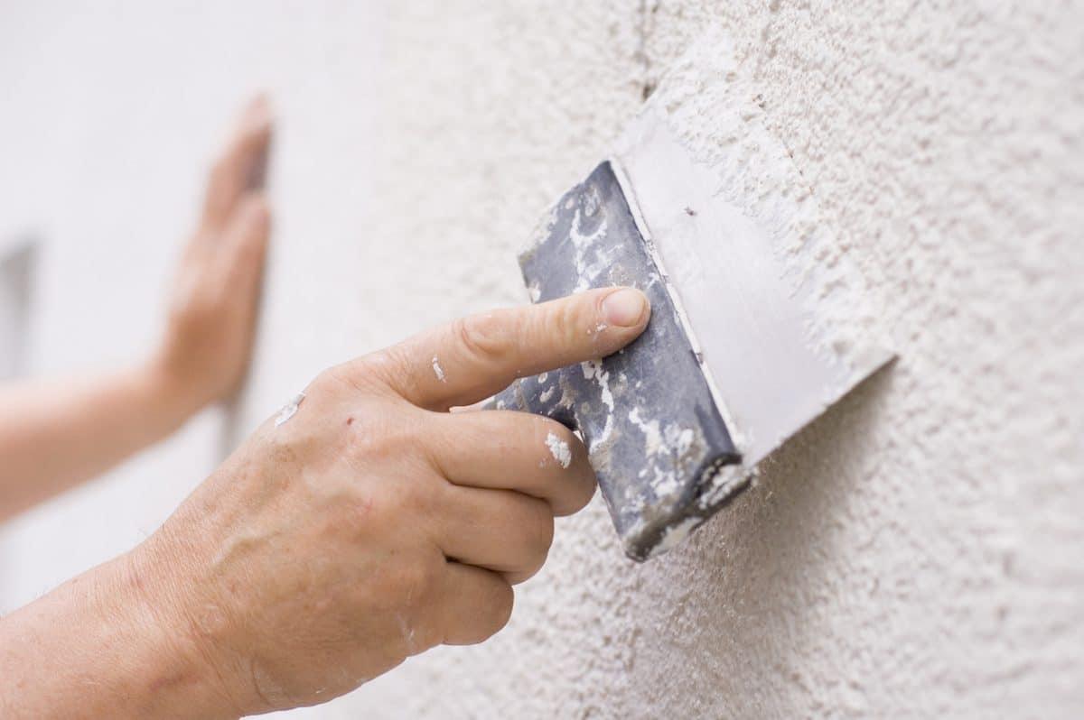 application de crépi sur mur de maison