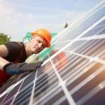 Installation de panneaux solaires : DIY ou spécialiste ?